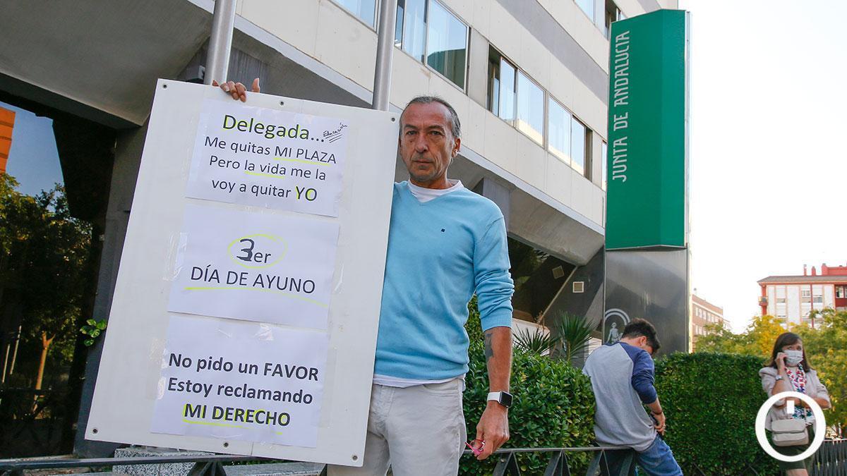 Francisco Javier Blázquez, en huelga de hambre ante la Delegación de Educación