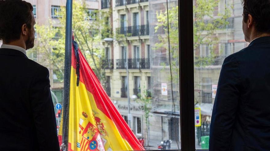 Pablo Casado posa en un minuto de silencio en la sede del PP.