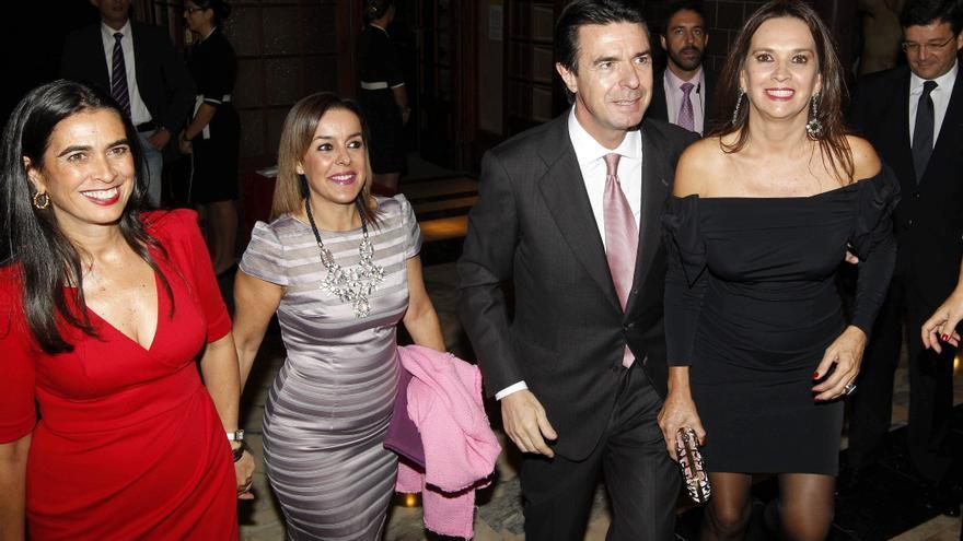 El ministro de Industria, acompañado por su esposa María del Carmen Benítez (d), y por la delegada del Gobierno en Canarias, María del Carmen Hernández Bento (i), entre otros, en noviembre de 2012.