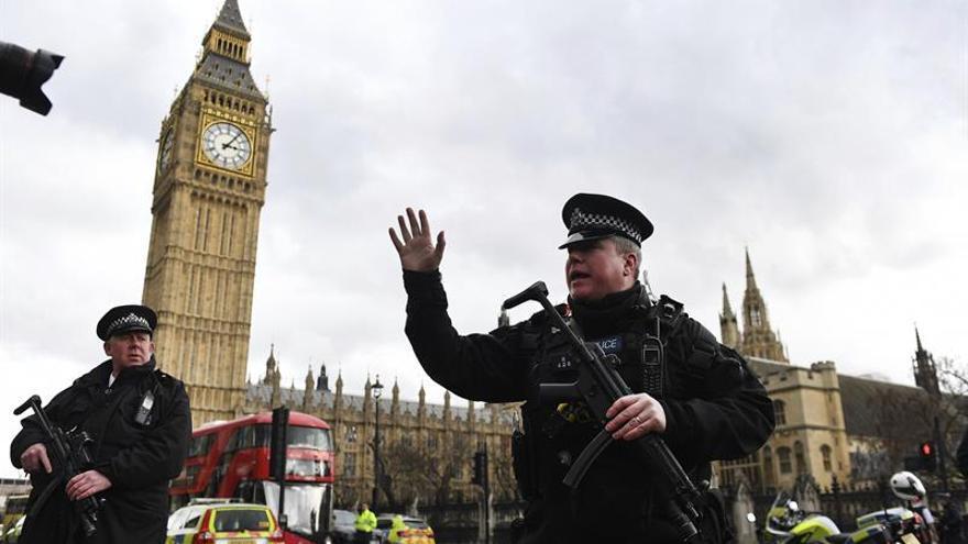 """El incidente en el Parlamento británico es """"terrorismo"""", dice la Policía"""