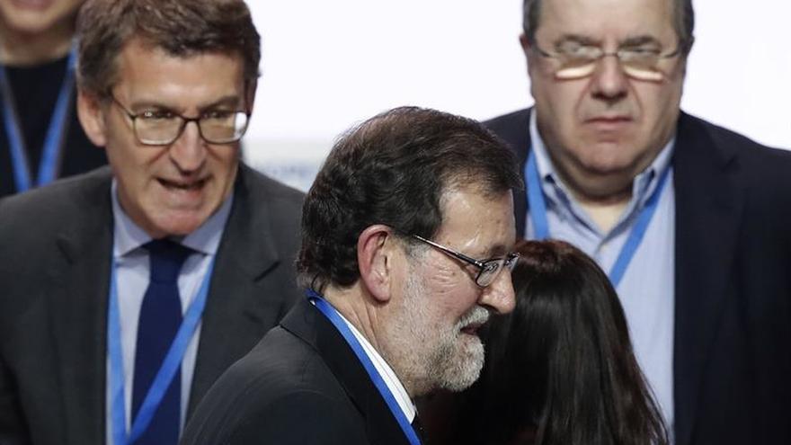 El expresidente del Gobierno y del PP, Mariano Rajoy (c), junto a Alberto Núñez Feijóo (i) y Juan Vicente Herrera (d), al término del XVIII Congreso nacional del partido en Madrid.