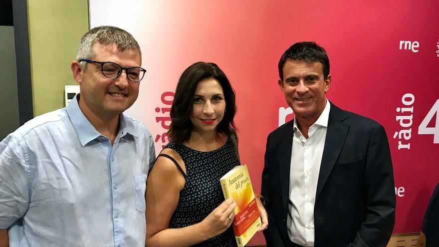 Astrid Barrio junto a Manuel Valls y Joaquim Coll durante la presentación del libro Anatomía del Procés