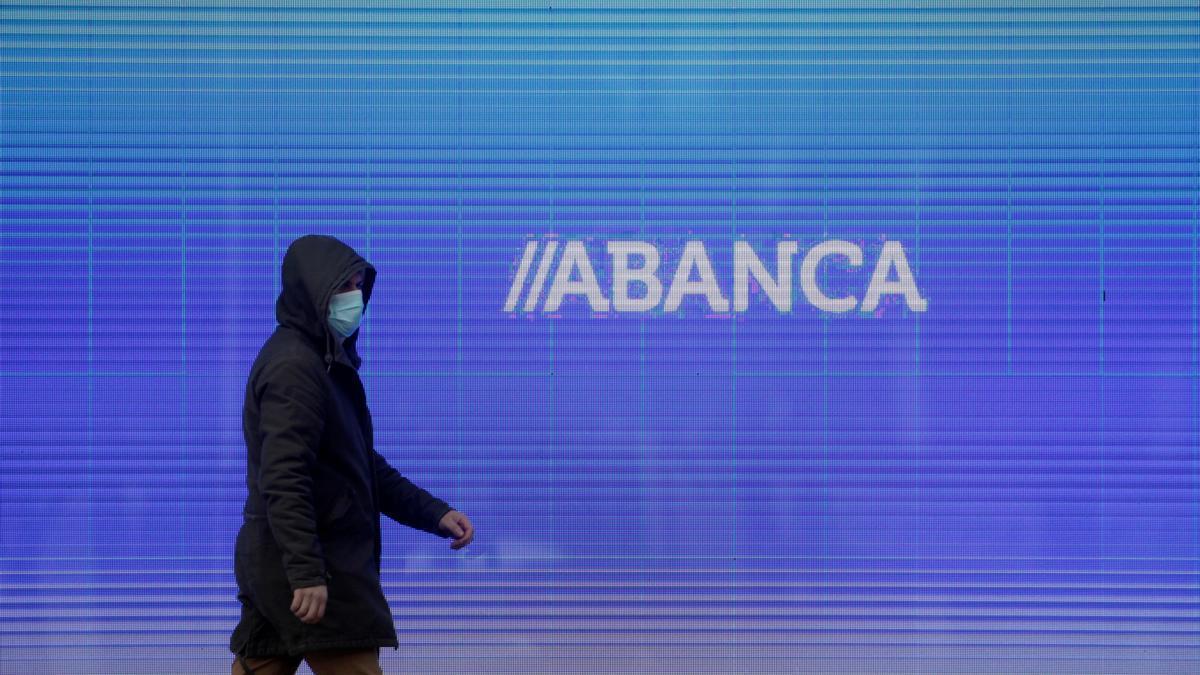 Un hombre camina frente a la sede central de Abanca en A Coruña.