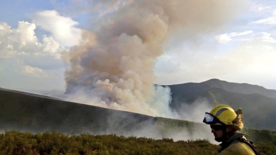 Un bombero forestal, el pasado 2 de septiembre en el incendio que afectó al municipio lucense de Quiroga
