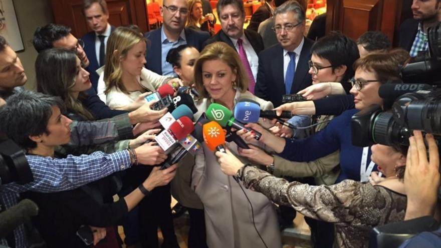 Cospedal atendiendo a los medios en el Congreso tras constituir la Comisión de Constitucional