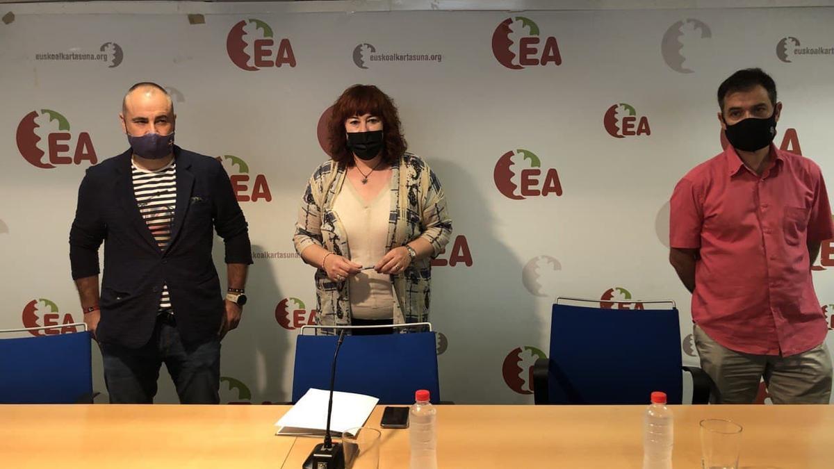 Eva Blanco, secretaria general de EA con Iker Ruiz de Egino, portavoz de la Ejecutiva Nacional, y Rikardo Burutaran, abogado del partido