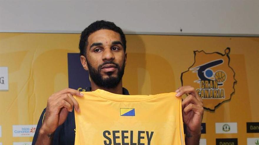 El nuevo fichaje del equipo Herbalife Gran Canaria, el escolta estadounidense DJ Seeley, posa para los medios de comunicación con su nueva camiseta. EFE/Elvira Urquijo A