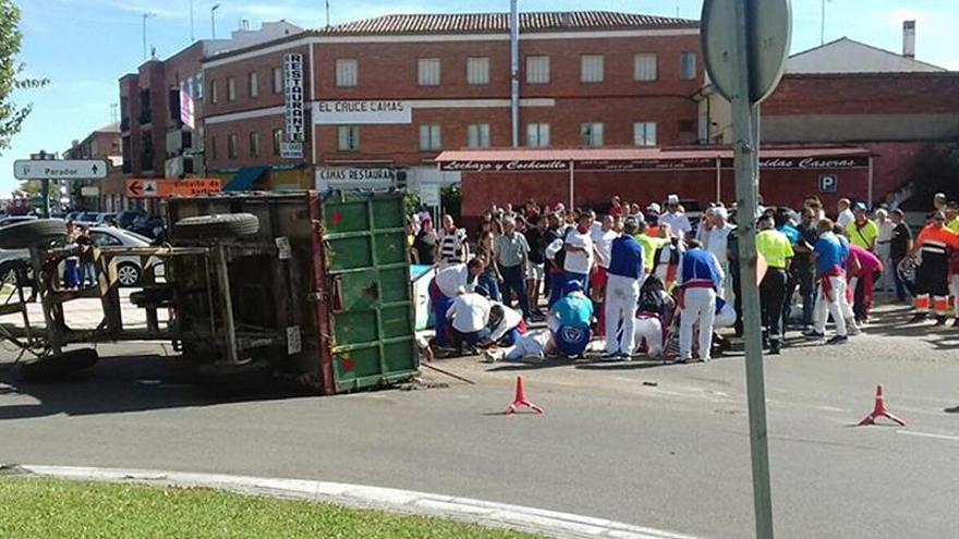 Un muerto y 8 heridos tras volcar un remolque tractor en localidad de Valladolid