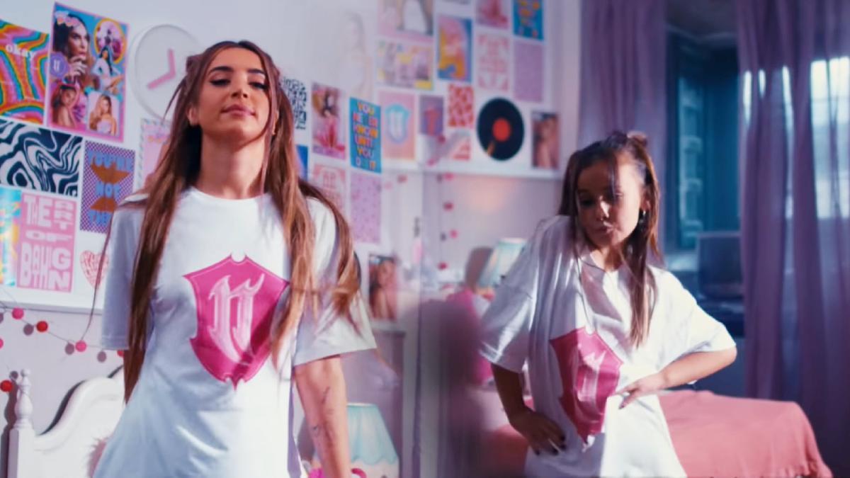 Lola Indigo y Aina en el videoclip 'La niña de la Escuela'