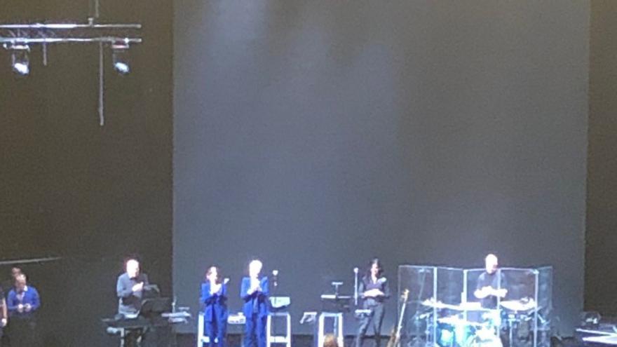 Joaquín Sabina en silla de ruedas sobre el escenario tras su caída
