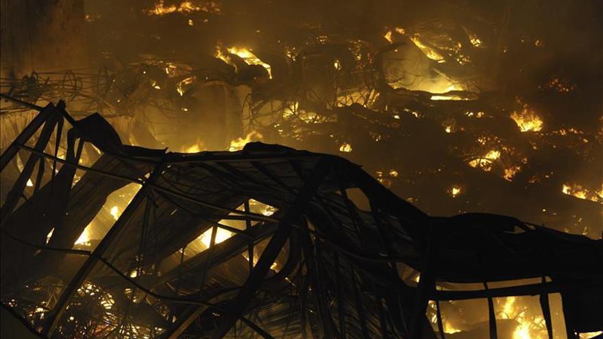 Un incendio quema dos naves polígono de Cobatillas (Murcia)