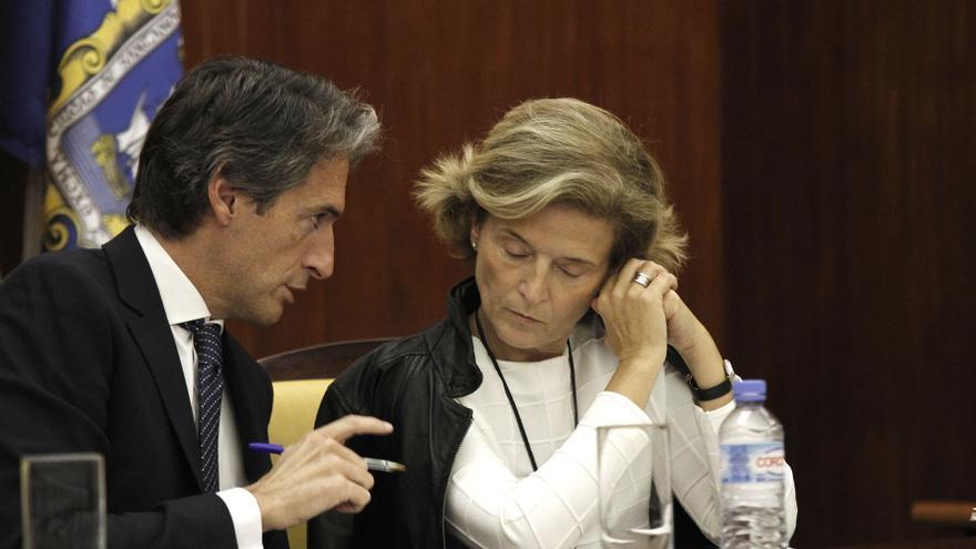 Íñigo de la Serna y Ana González Pescador durante un pleno del Ayuntamiento de Santander.   Román García