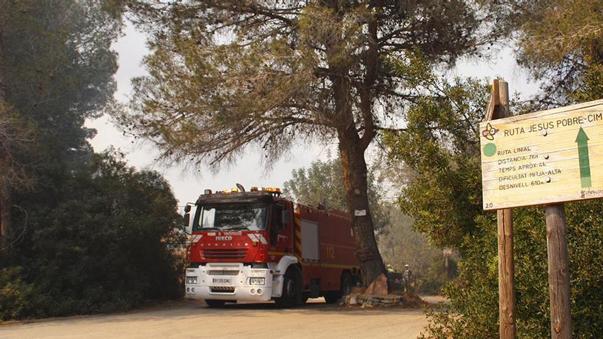 Un camión de bomberos en el incendio que arrasó casi 40 hectáreas en el Montgó en 2014.