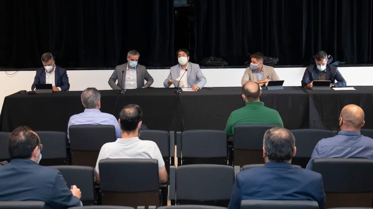 Reunión entre el presidente del Cabildo de Tenerife, Pedro Martín, junto a representantes de siete ayuntamientos para abordar soluciones ante los problemas en el ciclo integral del agua.