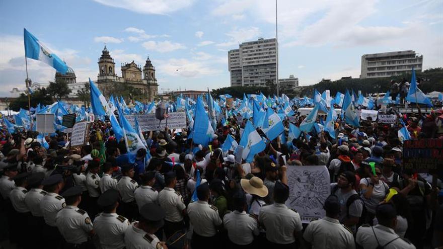 Campesinos piden renuncia al presidente de Guatemala y justicia por asesinatos