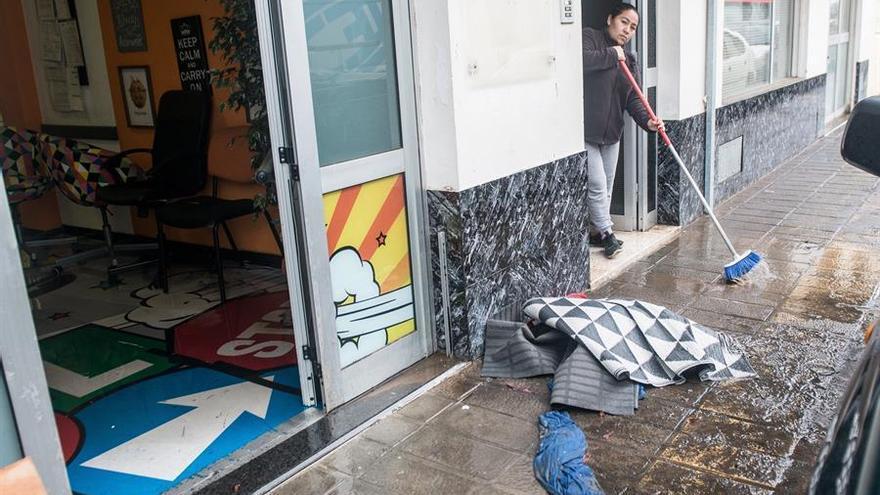 Un intenso chaparrón ha caído este sábado en Arrecife. EFE/ Javier Fuentes