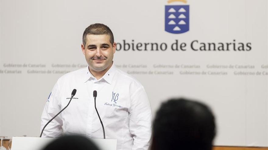 El cocinero Erlantz Gorostiza, durante la presentación en la sede de Presidencia del Gobierno de Canarias en Santa Cruz de Tenerife de una serie documental, en la que él mismo participa, que promociona los productos agroalimentarios locales. EFE/Ramón de la Rocha