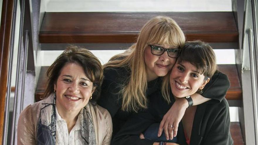 """Las actrices Amparo Larrañaga (c), María Pujalte (i) y Marina San José (d), posan tras la rueda de prensa en la que han presentado la obra """"Hermanas"""". EFE/Ángel Medina G."""