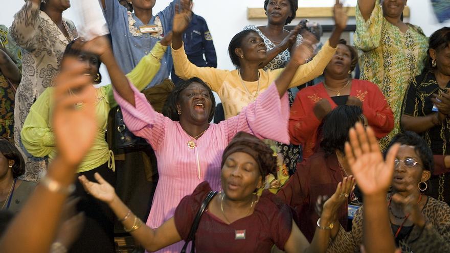 Mujeres congoleñas celebran con cánticos la firma del Acuerdo de Paz de Goma en 2008. UN Photo/Marie Frechon