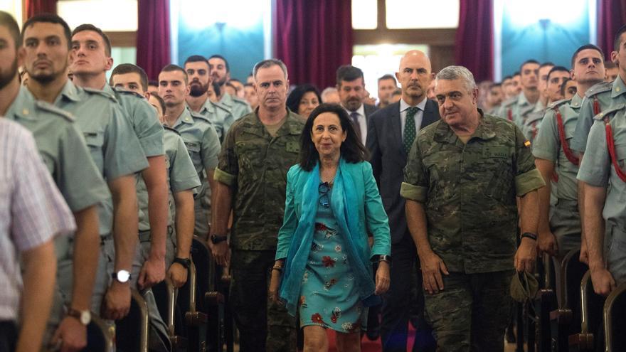 """La ministra de Defensa, Margarita Robles, acompañada por el jefe del Estado Mayor del Ejército, Javier Varela Salas (d), durante una visita a la Base """"San Jorge"""" y la Academia General Militar en Zaragoza."""