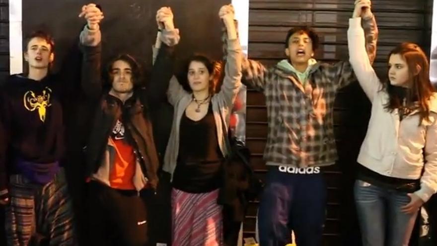 Las cinco de Sol, retenidas durante la manifestación del domingo / Captura del vídeo de Jaime Alekos (min. 4:10), que se puede ver entero aquí: http://youtu.be/11X6juVhprk