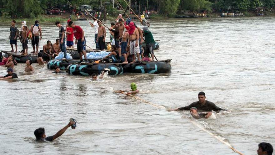Migrantes hondureños y locales se organizan en balsas para rescatar a los migrantes que saltan desde el puente fronterizo para conseguir llegar a México/ Encarni Pindado for Amnesty International