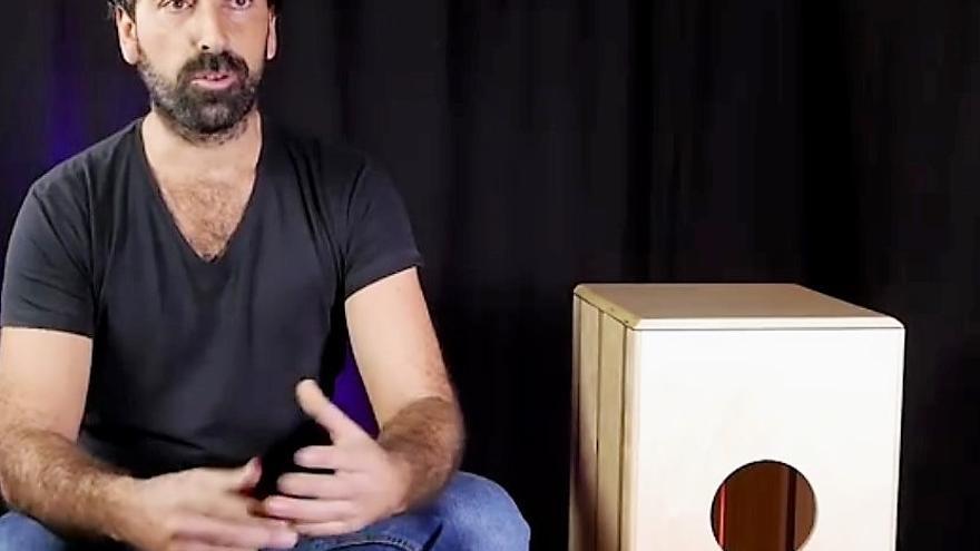 Daniel Galiano muestra su invento, que termina con el problema del transporte de los voluminoss cajones flamencos.