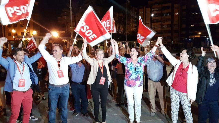 La candidata a la alcaldía Esther Clavero (en el centro de la imagen) celebrando los resultados obtenidos por el PSOE en las elecciones municipales