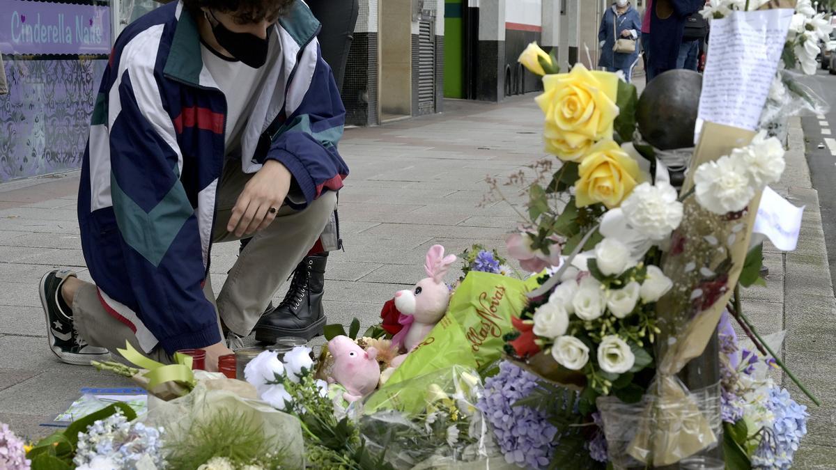 Un joven frente al lugar en el que fue asesinado Samuel.