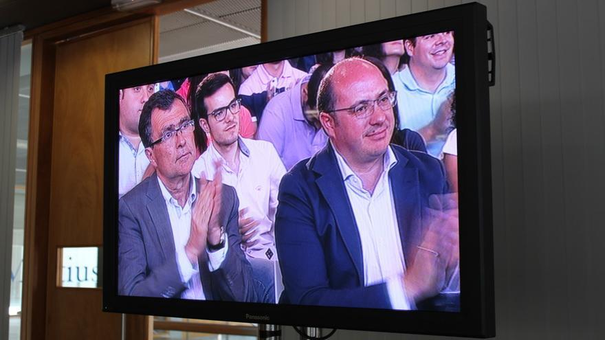 Ballesta y Sánchez, a través del plasma instalado en la sala de prensa del acto del PP en Murcia / PSS