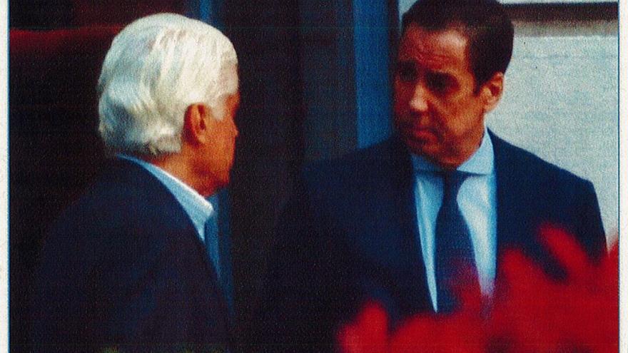 Eduardo Zaplana y el blanqueador confeso Fernando Belhot en una imagen captada por la Guardia Civil