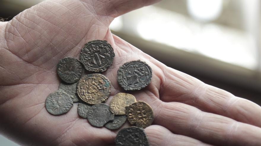 Tesorillo compuesto por 12 monedas del siglo XIV hallado en en el edificio de la calle Micalet número 5 de Valencia, el que fue Palau de Calatayud.