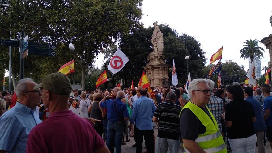 Imagen de la concentración de este miércoles en la que puede verse una bandera del Movimiento Identitario.