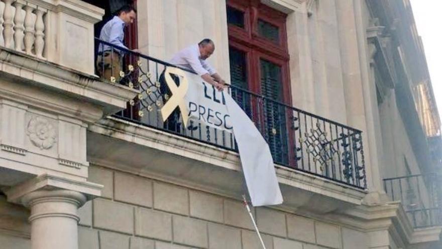 El alcalde de Reus ha intentado que no se retirara la pancarta
