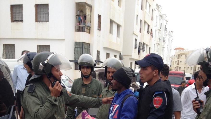 Un momento del desalojo de subsaharianos del barrio tangerino de Boukhalef por las autoridades marroquíes, este 1 de julio. / Elena González.