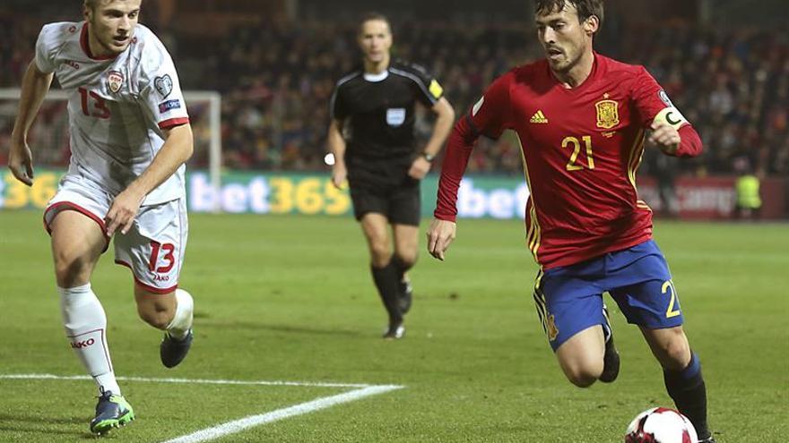 El jugador de la seleccion española Silva (d) escapa de Ristovski, de Macedonia, durante el partido correspondiente a la clasificación para el Mundial Rusia 2018 en el estadio Nuevo Los Cármenes, en Granada. EFE/Pepe Torres