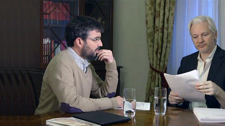 Jordi Évole entrevistando a Assange en la Embajada de Ecuador en Londres / La Sexta