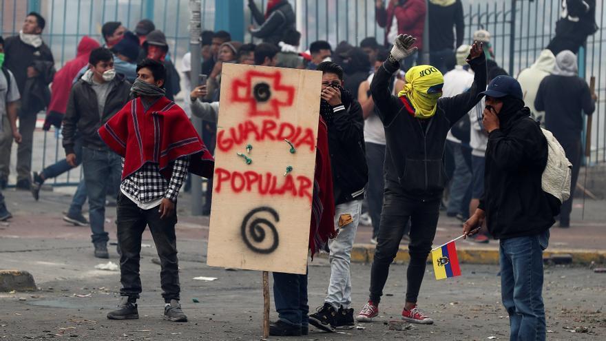 Manifestantes indígenas protestan este martes en Quito (Ecuador)