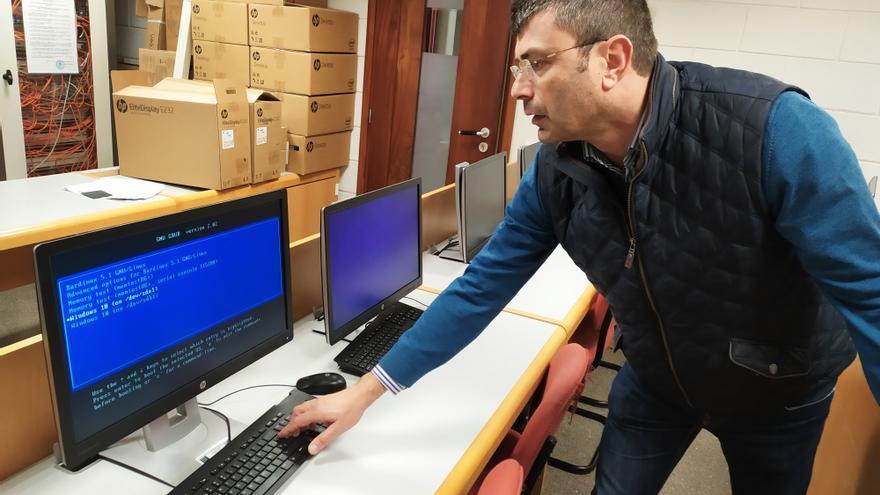 El profesor Dionisio Pérez Brito en el Departamento de Ingeniería Informática y de Sistemas de la Universidad de La Laguna.