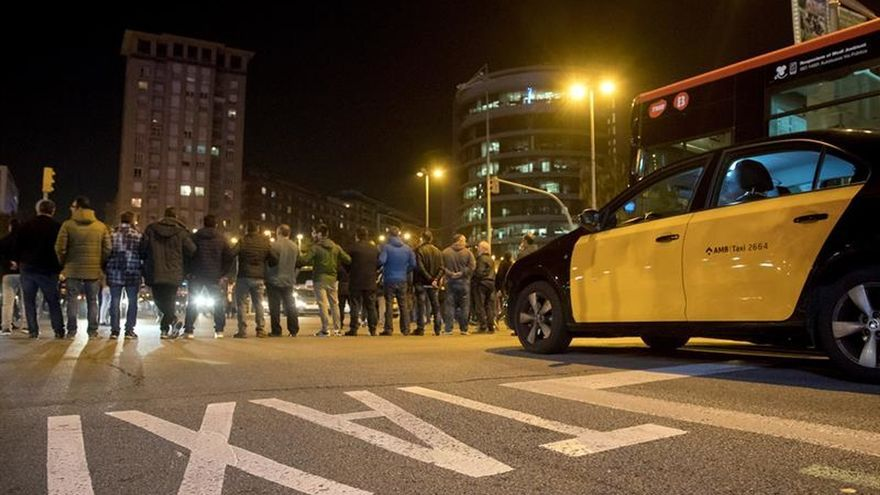 Taxistas Barcelona convocan huelga el 25 de julio contra la decisión Fomento