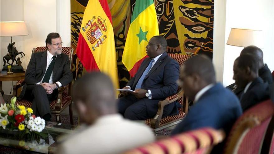 Rajoy visita a los militares y guardias civiles desplegados en Senegal. / Efe.