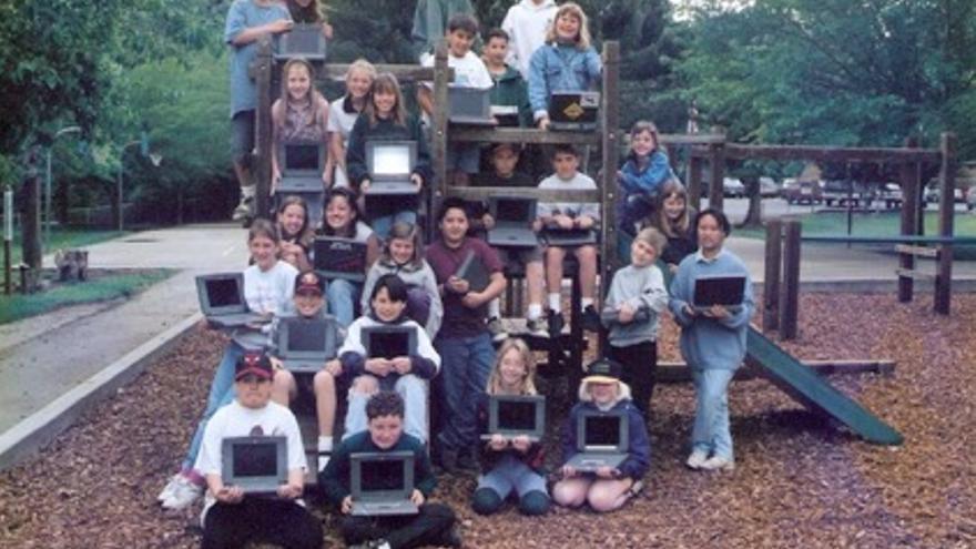Los niños se fotografían con los portátiles PowerBook 1400 que Wozniak les proporcionó (Imagen: Cedida por Syambra Moytozo)