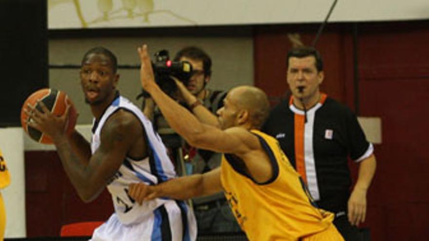 Fisher, autor de 11 puntos, defiende a Barbour ante la mirada de De la Maza. (ACB PHOTO / L. GARCÍA)