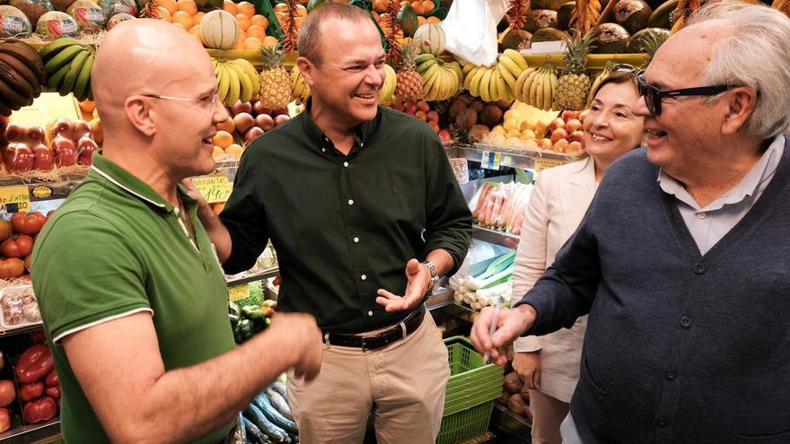 El candidato del PSOE al Ayuntamiento de Las Palmas de Gran Canaria, Augusto Hidalgo, en su visita al mercado de Vegueta.
