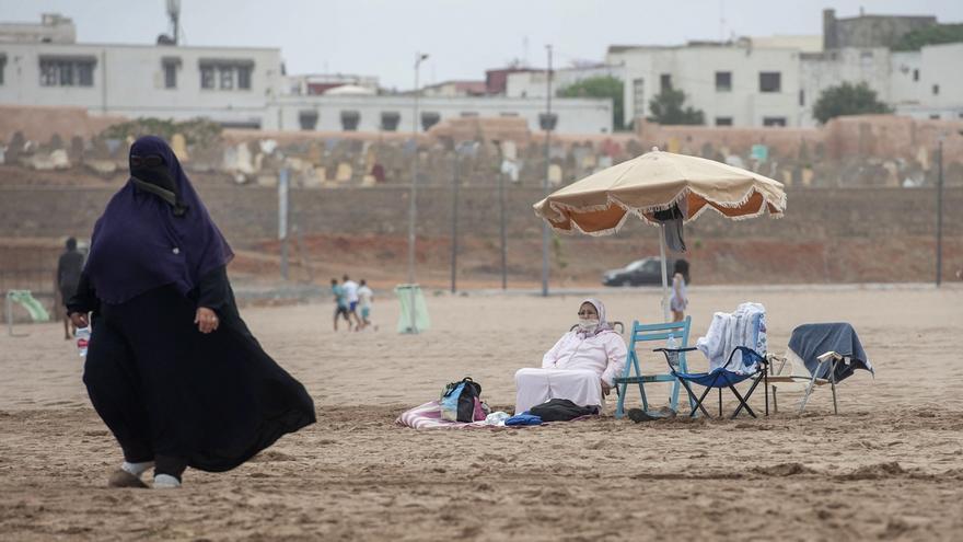 Varias personas disfrutan del día en la playa después de que las autoridades levantaran algunas medidas de seguridad por la pandemia del coronavirus, en Rabat (Marruecos).