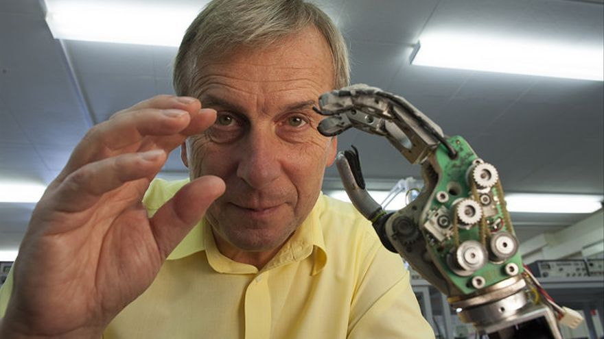 El profesor Kevin Warwick y su brazo robótico (Foto: Lwp Kommunikáció | Flickr)