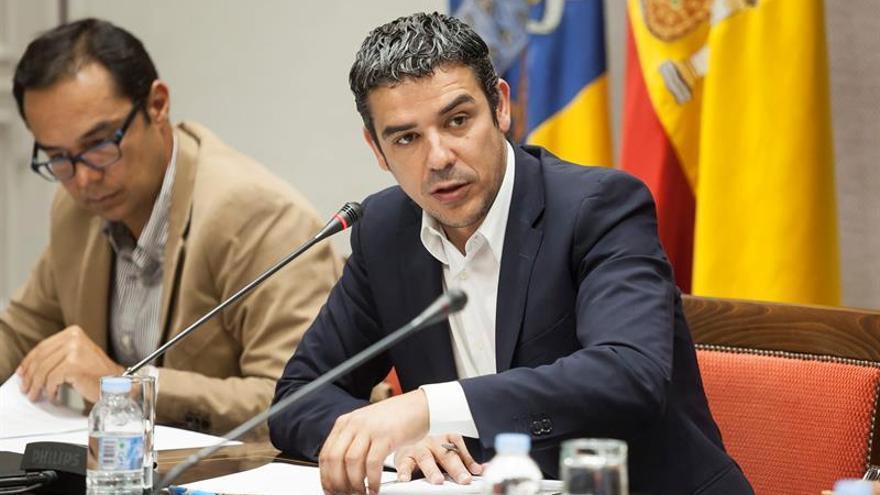 El consejero de Agricultura, Ganadería, Pesca y Aguas del Gobierno canario, Narvay Quintero (d).  EFE/Ramón de la Rocha