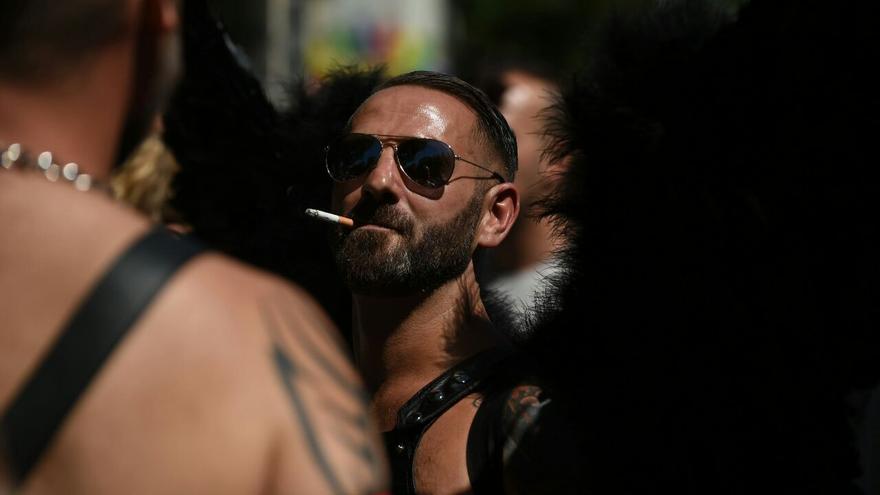 Un manifestante se fuma un cigarrillo durante el desfile del Orgullo