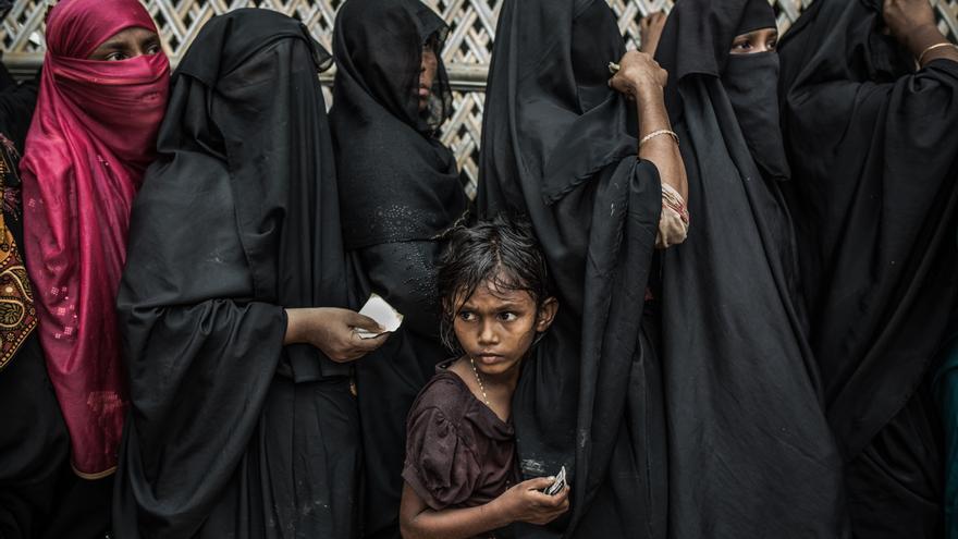 Halima, refugiada rohingya espera su turno para la distribución de alimentos.