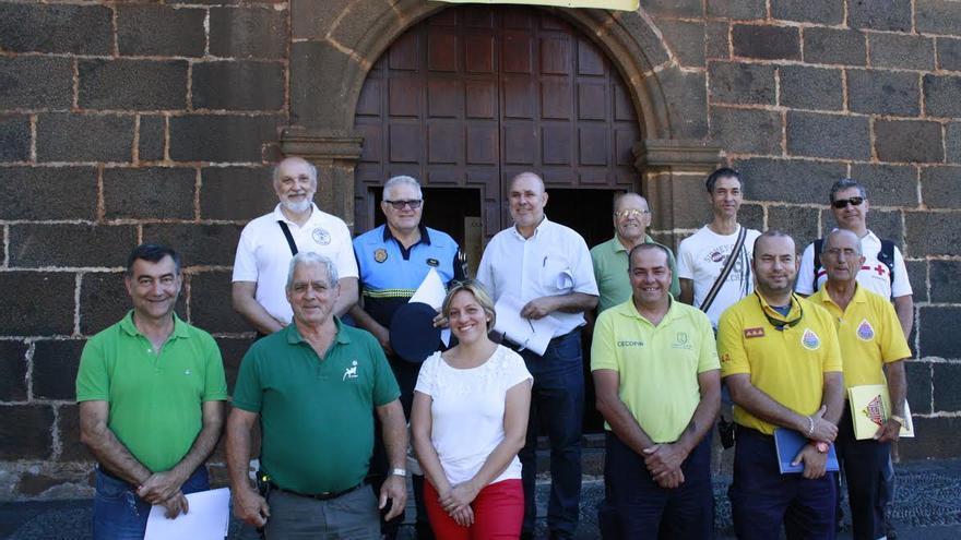 En la imagen, los participantes de la reunión que se ha celebrado este martes para  establecer los protocolos de seguridad y emergencias para la Romería de bajada del Trono.